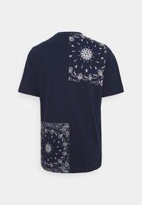 Puma - PATCHWORK TEE - Print T-shirt - peacoat - 1