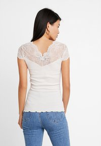 Rosemunde - SILK-MIX T-SHIRT REGULAR W/LACE - T-shirts med print - soft powder - 2