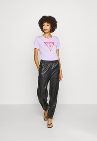 Guess - ICON  - Print T-shirt - lilac future - 1