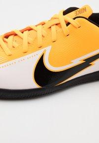 Nike Performance - MERCURIAL JR VAPOR 13 CLUB IC UNISEX - Fußballschuh Halle - laser orange/black/white - 5
