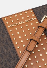 MICHAEL Michael Kors - CROSSBODY MICROSTUDS - Torba na ramię - acorn - 4