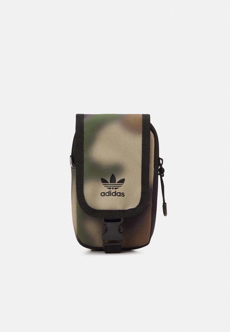 adidas Originals - CAMO MAP BAG UNISEX - Olkalaukku - wild pine/black