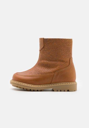 VANJA TEX ZIP BOOT UNISEX - Winter boots - cognac