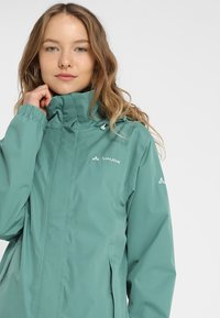 Vaude - WOMANS ESCAPE LIGHT JACKET - Waterproof jacket - nickel green - 5