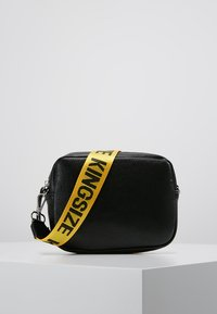 Missguided - CREATIVE MANIFESTO KINGSIZE TAPE BAG  - Axelremsväska - black - 0