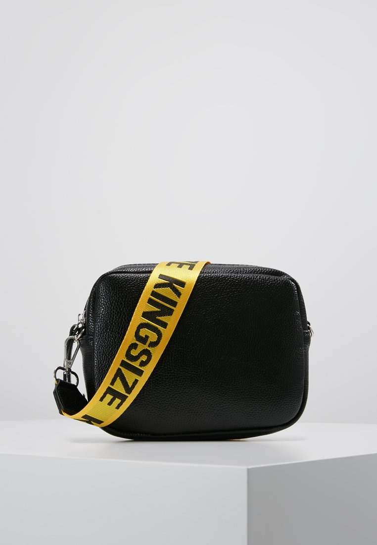Missguided - CREATIVE MANIFESTO KINGSIZE TAPE BAG  - Axelremsväska - black