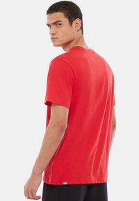 The North Face - M S/S EASY TEE - EU - T-shirt med print - salsa red - 1
