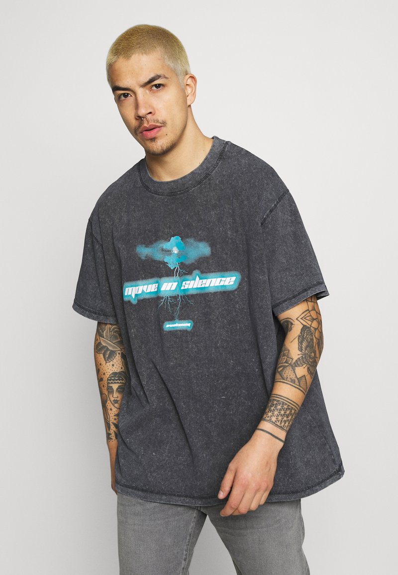 Night Addict - MOVE TO SILENCE UNISEX - T-shirt med print - black