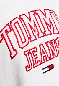 Tommy Jeans - COLLEGIATE LOGO CREW - Sweatshirt - silver grey - 5