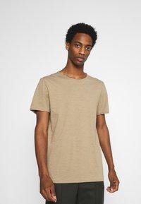 Selected Homme - SLHMORGAN O-NECK TEE - T-shirt basique - petrified oak - 0