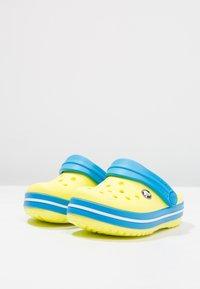 Crocs - CROCBAND - Sandały kąpielowe - tennis ball green/ocean - 2