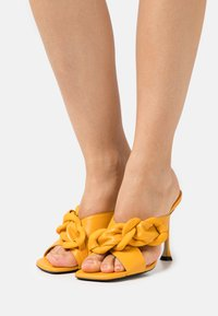 N°21 - MULE - Pantofle na podpatku - yellow - 0