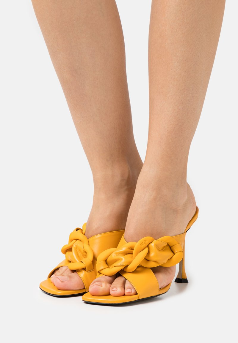 N°21 - MULE - Pantofle na podpatku - yellow