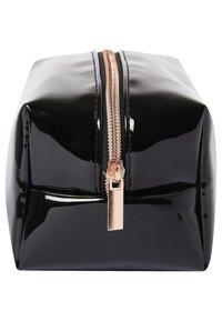 Makeup Revolution - REVOLUTION X FRIENDS COSMETIC BAG - Accessoires de maquillage - - - 4