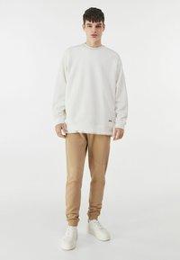 Bershka - Pantalon de survêtement - brown - 1