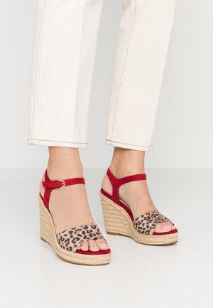 Sandály na vysokém podpatku - lipstick