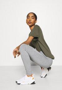 Nike Sportswear - Legging - grey heather/white - 3