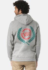 Young and Reckless - CREST  - Zip-up sweatshirt - grey - 1