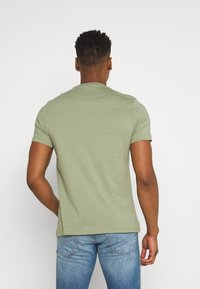 Lyle & Scott - PLAIN - T-shirt - bas - moss - 2