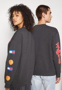 Tommy Jeans - ABO TJU X SPACE JAM CREW UNISEX - Sweatshirt - blackout - 4