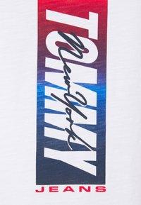 Tommy Jeans - VERTICAL FRONT LOGO BOX TEE - Triko spotiskem - white - 2