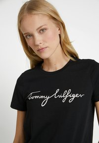 Tommy Hilfiger - HERITAGE CREW NECK GRAPHIC TEE - T-shirts print - masters black - 3