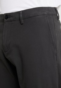 DOCKERS - SMART FLEX TAPERED - Trousers - steelhead - 3