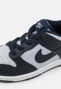 Nike Sportswear - DUNK UNISEX - Sneakers basse - wolf grey/dark obsidian/total orange - 5