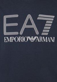 EA7 Emporio Armani - Triko spotiskem - dark blue/white - 5