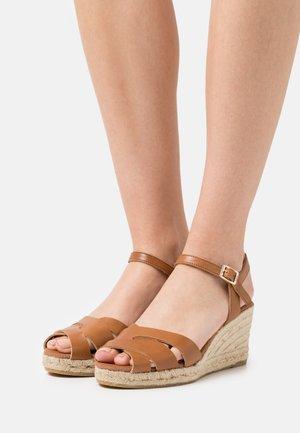 LAURA - Sandalen met plateauzool - braun