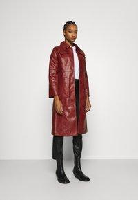 Who What Wear - BUTTON FRONT 70S COAT - Zimní kabát - garnet - 1