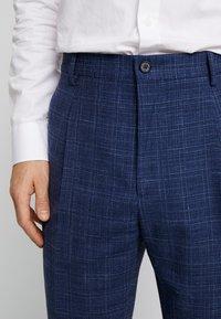 Tommy Hilfiger Tailored - SLIM FIT PLEATED FLEX PANT - Kalhoty - blue - 3