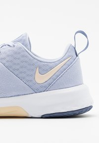 Nike Performance - CITY TRAINER 3 - Kuntoilukengät - ghost/guava ice/world indigo/white - 5