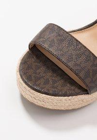 MICHAEL Michael Kors - PRUE WEDGE - Sandalen met hoge hak - brown - 2