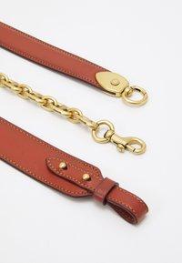 Coach - SIGNATURE CARRIAGE BEAT SHOULDER BAG - Handbag - tan/brown/rust - 5