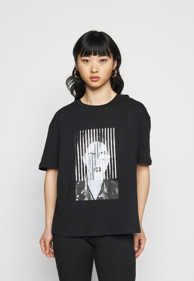 VMJAKITA BOX PETITE - Print T-shirt - black/silver