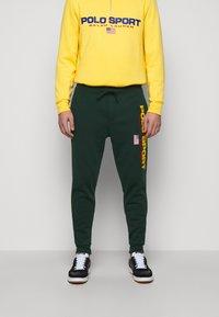 Polo Ralph Lauren - Pantalon de survêtement - college green - 0