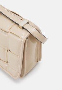 Steve Madden - BMATTER - Across body bag - cream - 3