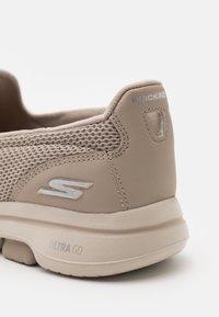 Skechers Performance - GO WALK 5 - Sportieve wandelschoenen - taupe - 5