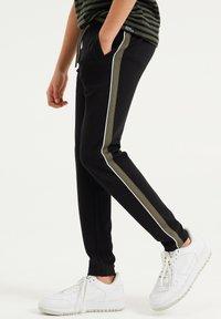 WE Fashion - MET TAPEDETAIL - Tracksuit bottoms - black - 1