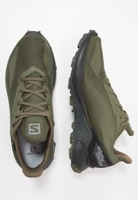 Salomon - ALPHACROSS BLAST GTX - Obuwie do biegania Szlak - olive night/black/ebony - 1