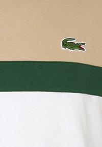Lacoste - T-shirt med print - argent chine/farine/vert/viennois - 6