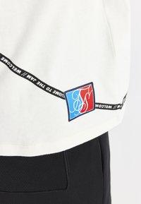 SIKSILK - SPACE JAM BASKETBALL GRAPHIC TEE - T-shirt imprimé - ecru - 5