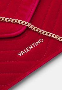 Valentino by Mario Valentino - CARILLON - Clutch - rosso - 3