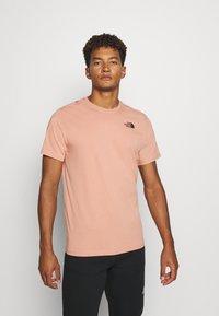 The North Face - REDBOX TEE   - Print T-shirt - pinkclay - 0