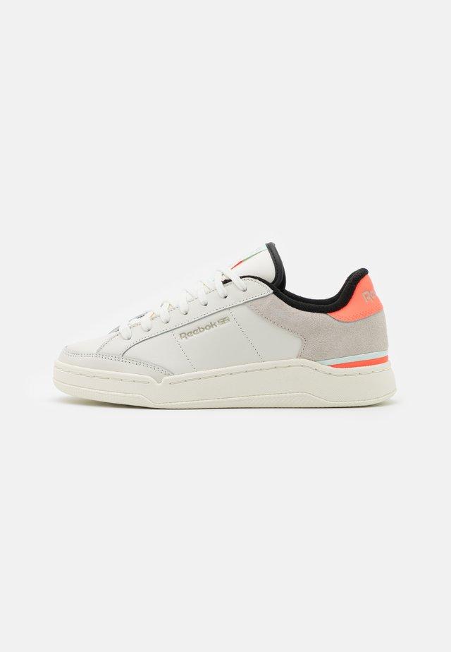 AD COURT - Sneakers laag - chalk white/orange fluor/aqua dust