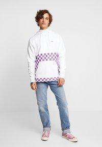 Vans - VERSA HOODIE - Bluza z kapturem - white/dewberry - 1