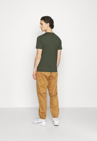Levi's® - VNECK - T-shirt basique - greens - 2