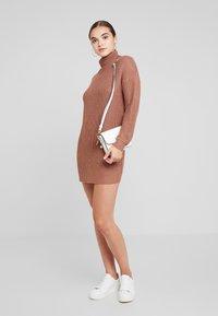 Missguided - ROLL NECK BASIC DRESS - Strikket kjole - mocha - 1