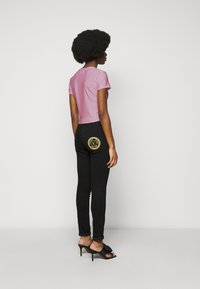 Versace Jeans Couture - LADY - T-shirt z nadrukiem - pink confetti - 2
